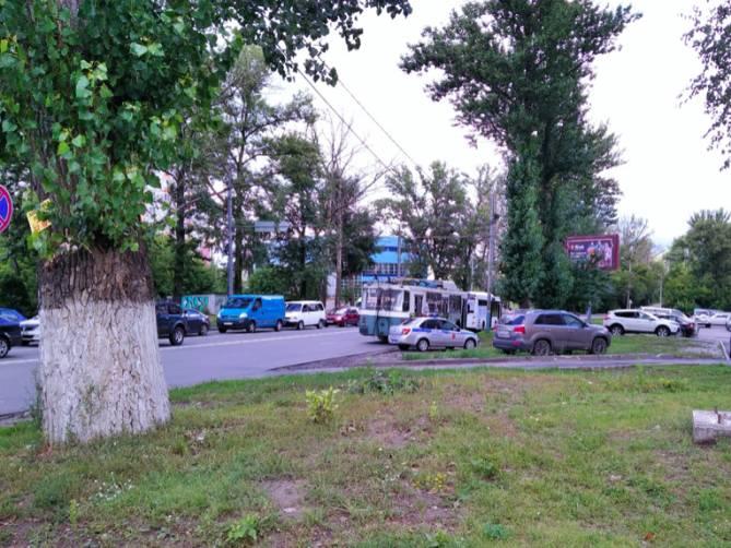 В Брянске на Авиационной столкнулись автобус и троллейбус
