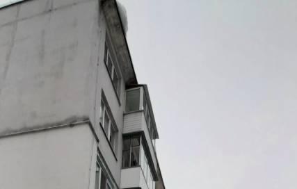 В Брянской области из-за потепления начался сход снега с крыш