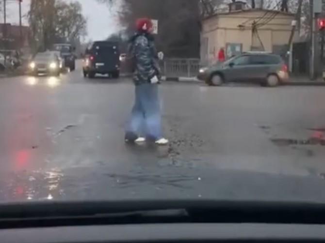 В Брянске сняли на видео танцора диско на пешеходном переходе