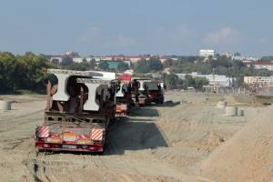 В Брянск для моста на набережной привезли первые шесть балок