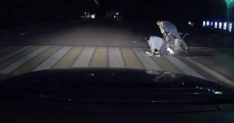 В Брянске весело: из продуктовой тележки на дорогу выпала девушка