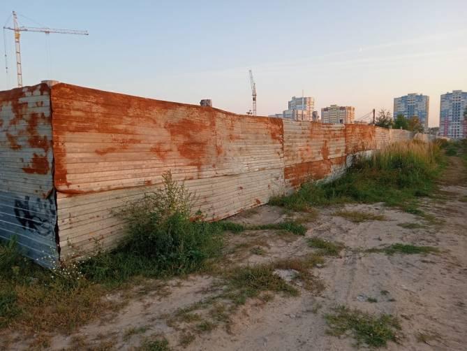 В Брянске перегородили забором планируемый сквер в Старом Аэропорту