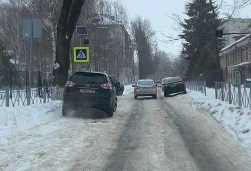 В Брянске автохам перегородил пешеходный переход у гимназии №7