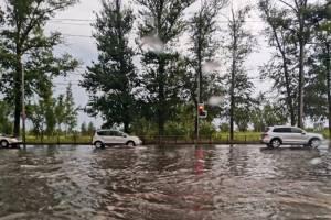 В Брянске после дождя утонула дорога возле ТРЦ «Аэропарк»