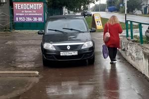 В Новозыбкове автохам на Renaultперегородил тротуар