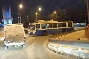 В Брянске «занесло» троллейбус около железнодорожного вокзала