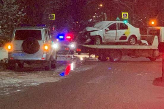 В Брянске в ДТП погиб пассажир Renault с эмблемой такси «Яндекс»