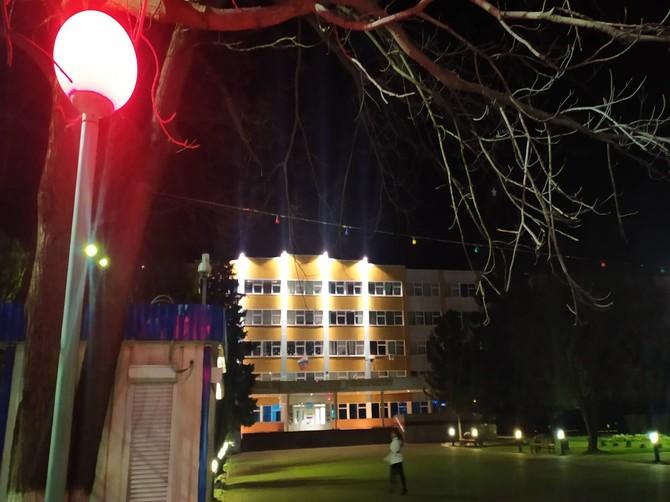 В Брянске вход в БГУ осветил красный фонарь