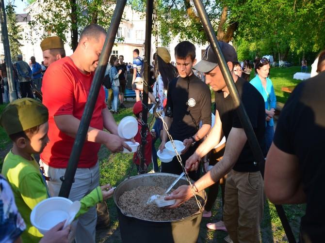 Белобережские активисты благоустраивают поселок с помощью ухи и плова