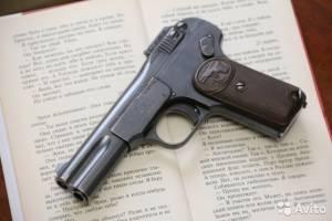В Клинцах пьяный мужина напал на двух подруг с пистолетом «Браунинг»
