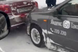 Автомобиль такси «Яндекс.Go» попал в ДТП на улице Никитина в Брянске