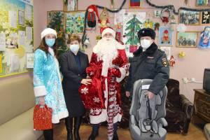 В Брянске «полицейский Дед Мороз» поздравил детей с Новым годом