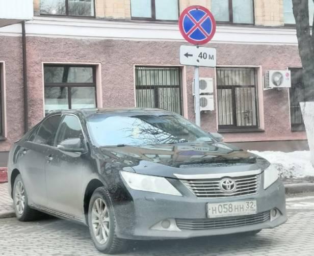 В Брянске чиновник на Toyota Camry устроил «блатную» парковку