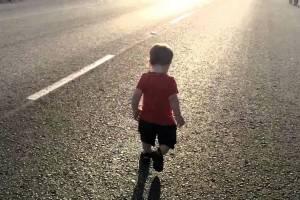 В брянском селе 5-летний мальчик выбежал на дорогу и попал под машину