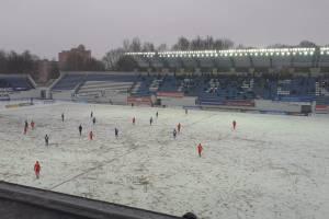 В Брянске начался футбольный матч на скользком поле стадиона «Динамо»