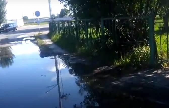 В Жуковке новый тротуар обрывается огромной лужей