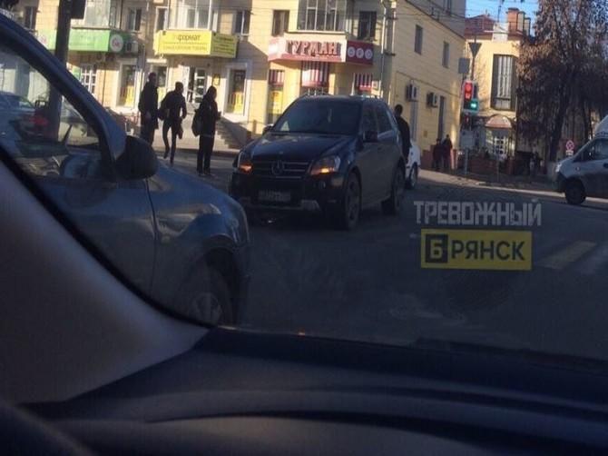 В Брянске два автомобиля столкнулись на проспекте Ленина