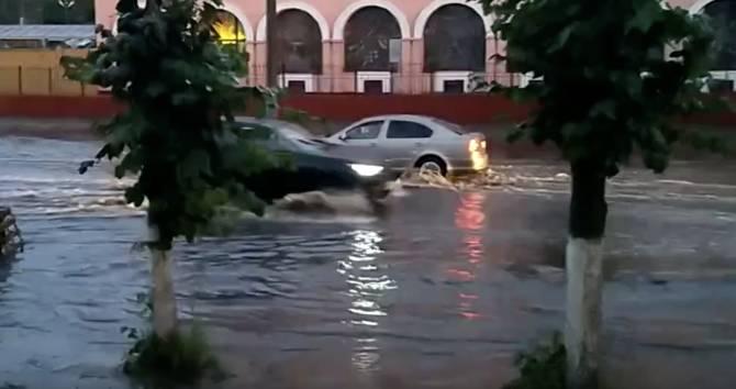 В Брянске после дождя ушла под воду дорога у Бежицкого рынка