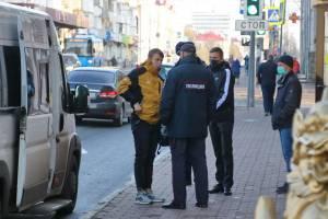 В Брянске полицейские составили на безмасочников 53 протокола