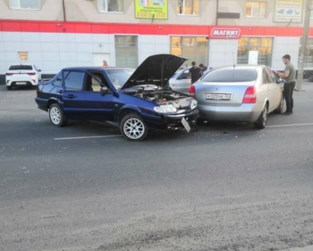 В Брянске на улице Фрунзе столкнулись две легковушки