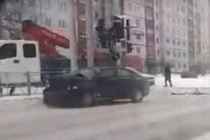 В Брянске сняли на видео разбившуюся на улице Бурова иномарку