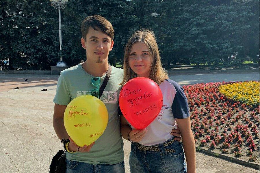 В Брянске чиновники в знак дружбы вручили горожанам воздушные шары