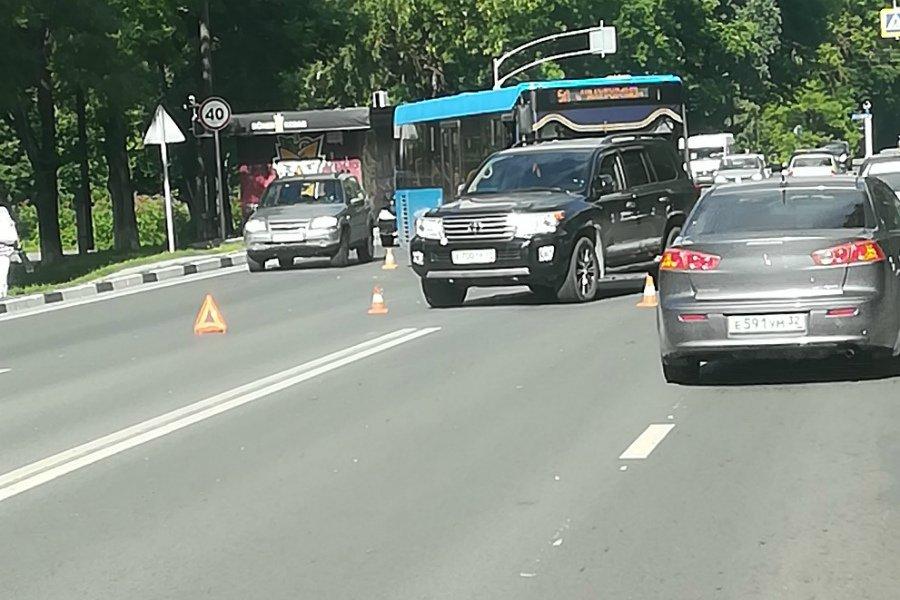 В Брянске пассажирский синий автобус протаранил «Toyota Land Cruiser»