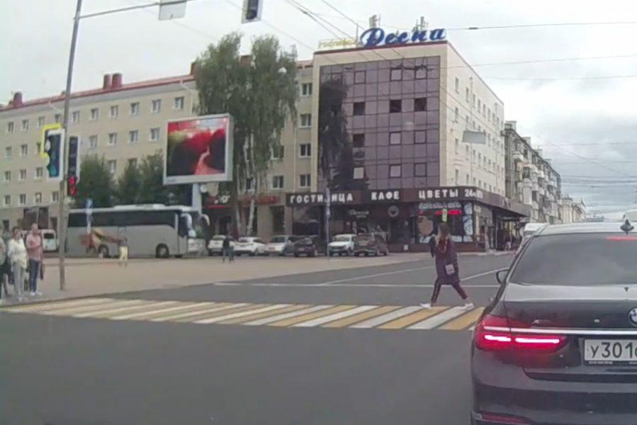 В Брянске на площади Ленина сняли на видео девушку-камикадзе