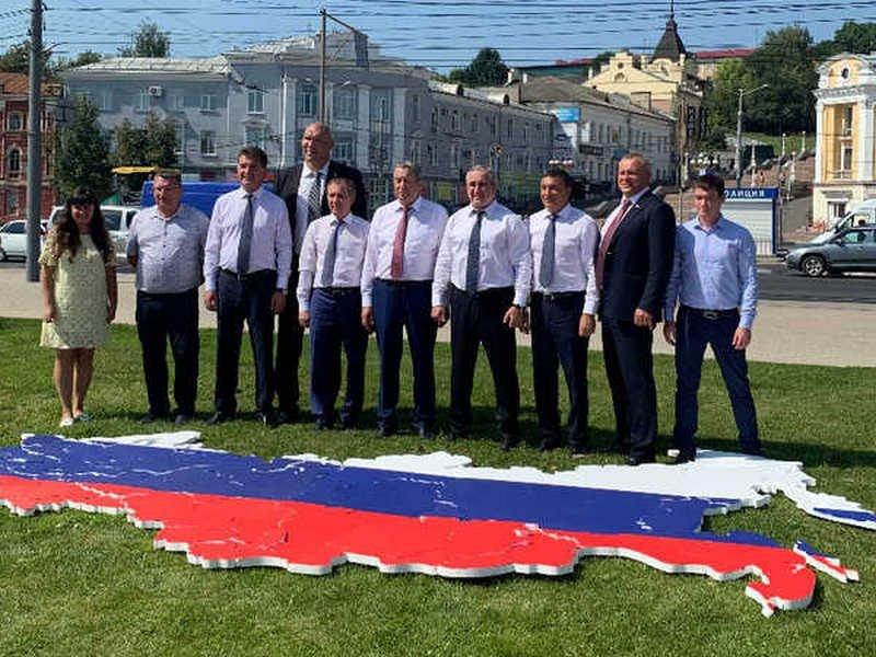 В Брянске на Набережной сложили пазл флага России