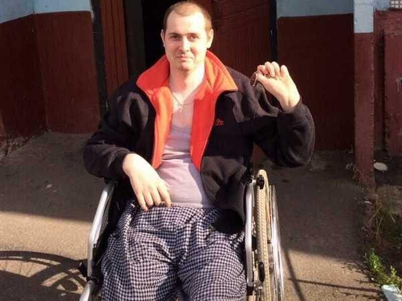 В Брянске инвалид-колясочник добился обустройства в подъезде пандуса
