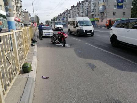 В Брянске парень на мотоцикле врезался в «Nissan» и сломал ногу