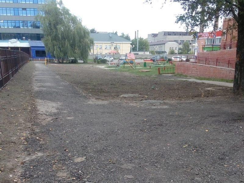 В Брянске тротуар на улице Новозыбковской оставили недоделанным