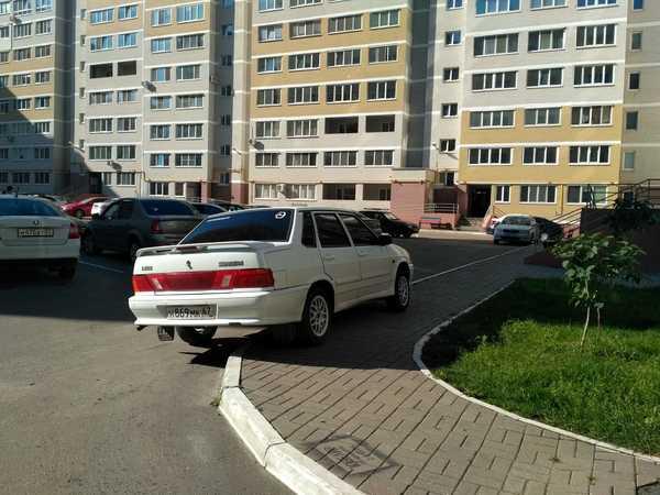 В Брянске сфотографировали автохама, перекрывшего тротуар