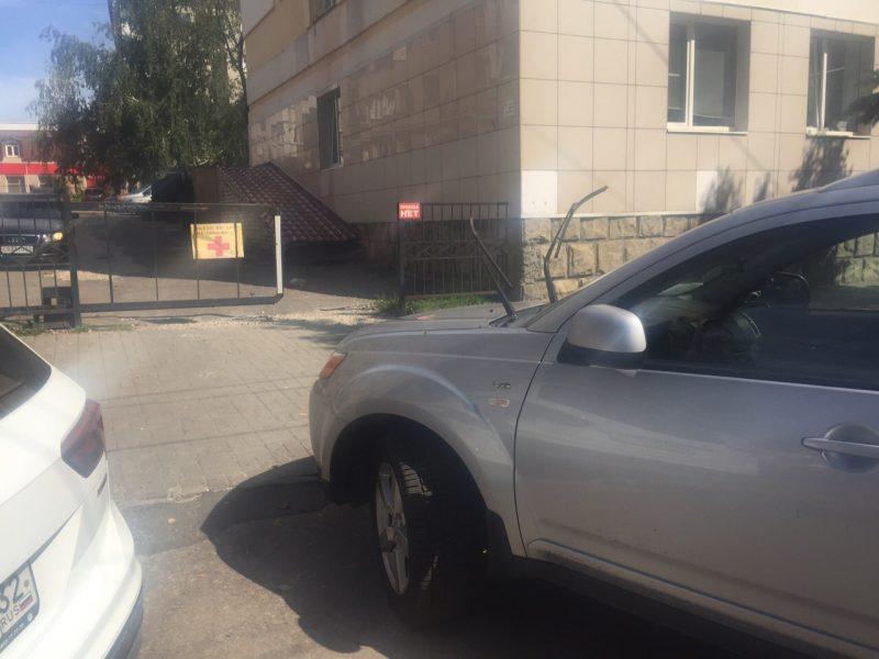 В Брянске автохам перекрыл тротуар возле поликлиники № 4