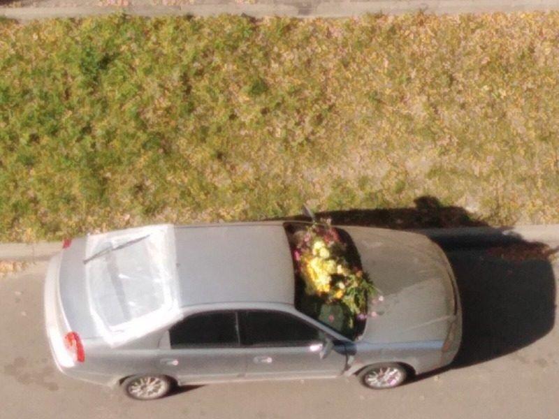 В Брянске жители дома похоронили стоящий под окнами автомобиль