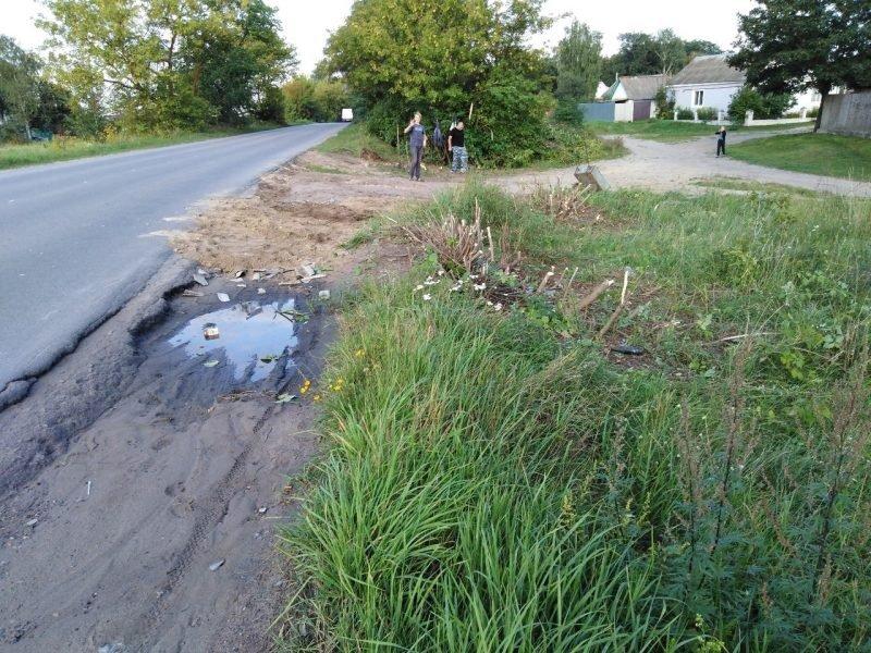 В Клинцах подростки засыпали яму по пути к школе