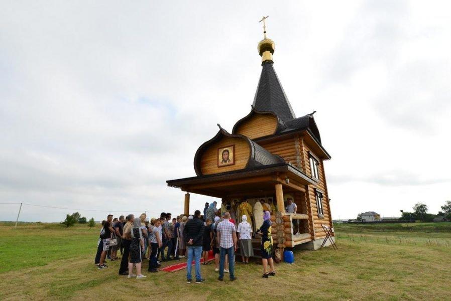 В брянской деревне освятили храм на берегу озера