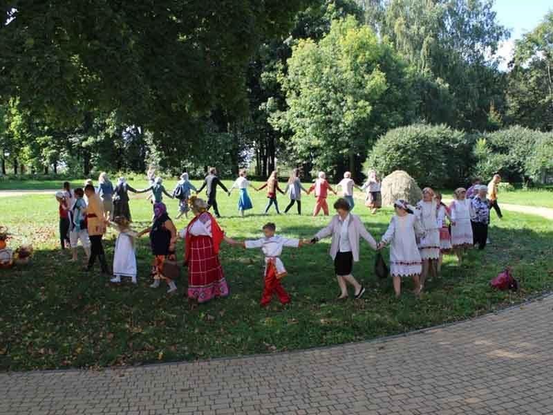 В брянском Овстуге отметили Успение фольклорным праздником