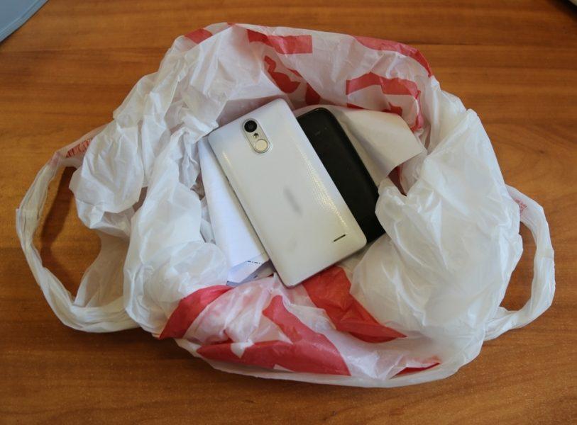 Бывший зек пытался перебросить в брянскую колонию 2 мобильника