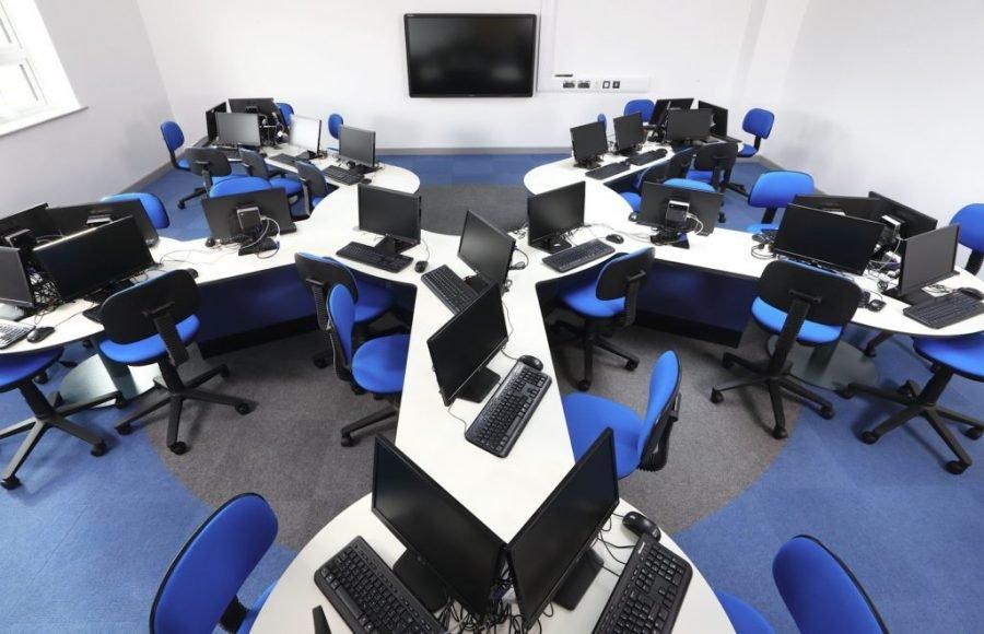 В Брянске при обыске в офисах скандальной фирмы «Юризм» изъяли 100 компьютеров