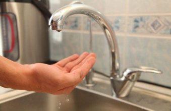 Жители брянского поселка из-за аварии 3 месяца сидят без воды