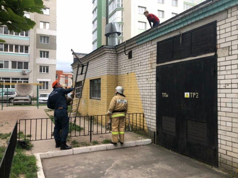 В Брянске спасатели помогли мальчику спуститься с крыши котельной