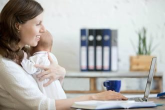 Брянским мамочкам с детьми до трех лет помогут найти работу