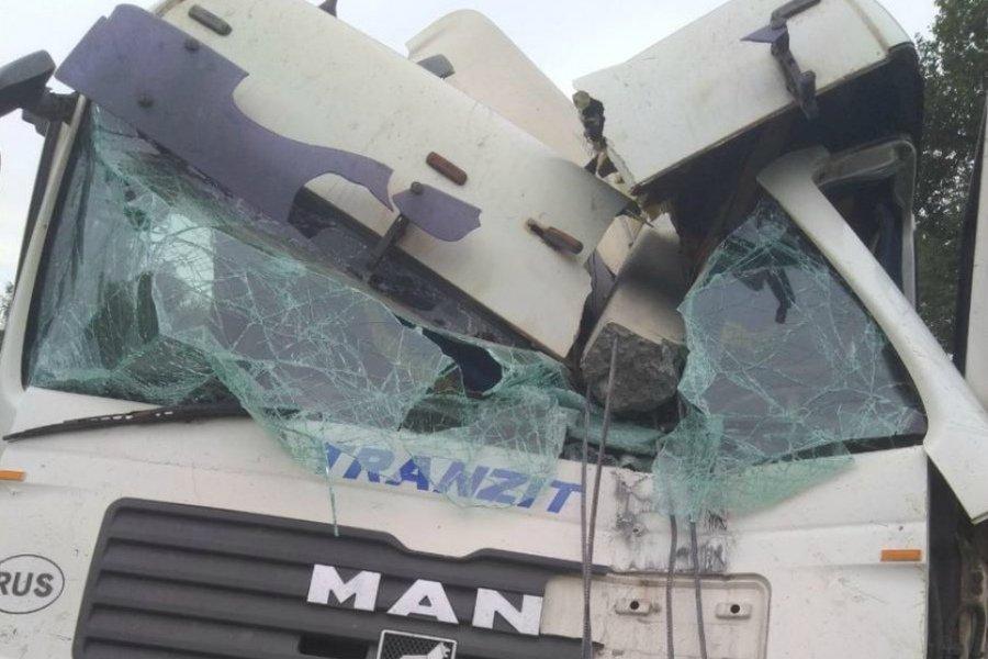 Под Карачевом водитель фуры снес столб и протаранил автобус: ранены двое
