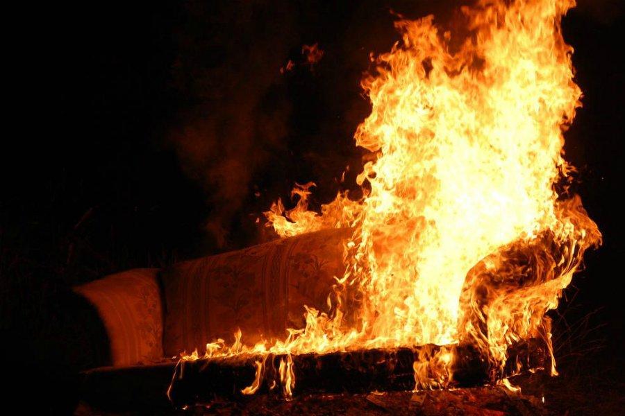 В Брянске на улице Горбатова в квартире загорелась мебель