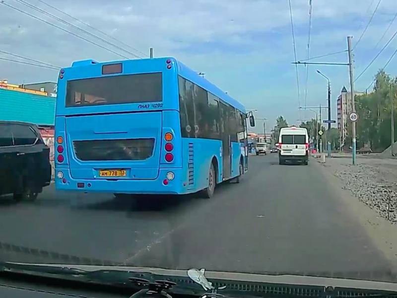 В Брянске сняли на видео лихой проезд на красный автобуса №27