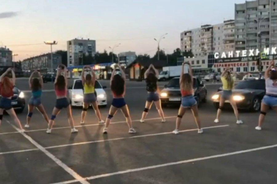 В Брянске девушки устроили массовый «попотряс» возле «Линии»