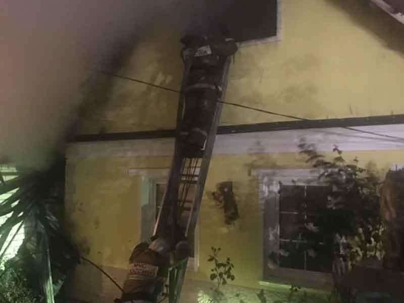 В Бежицком районе Брянска ночью сгорел дом и гараж