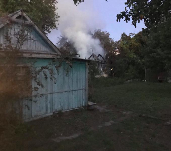 В Брянске возле ТРЦ «Аэропарк» сгорела дача