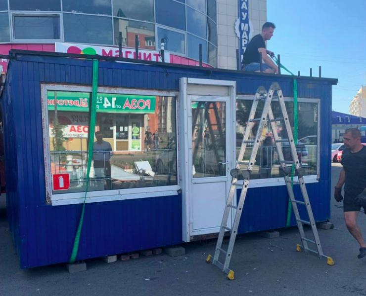 В Брянске снесли незаконный цветочный киоск возле ТЦ «Сфера»